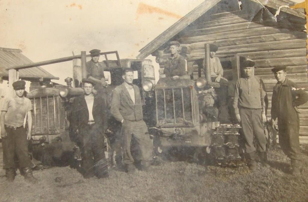 мужики возле трактора